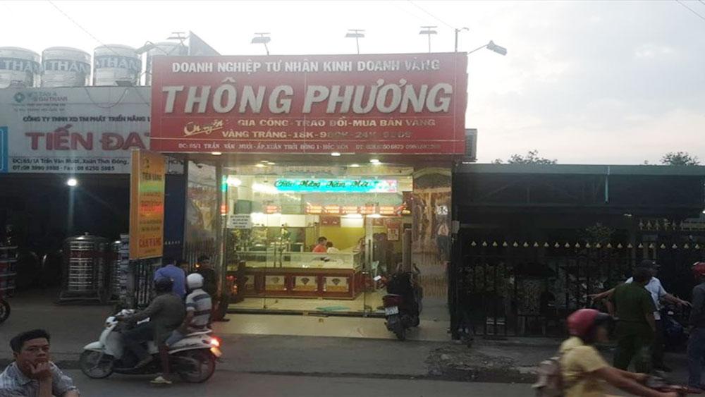 Táo tợn nổ súng cướp tiệm vàng ở Hóc Môn